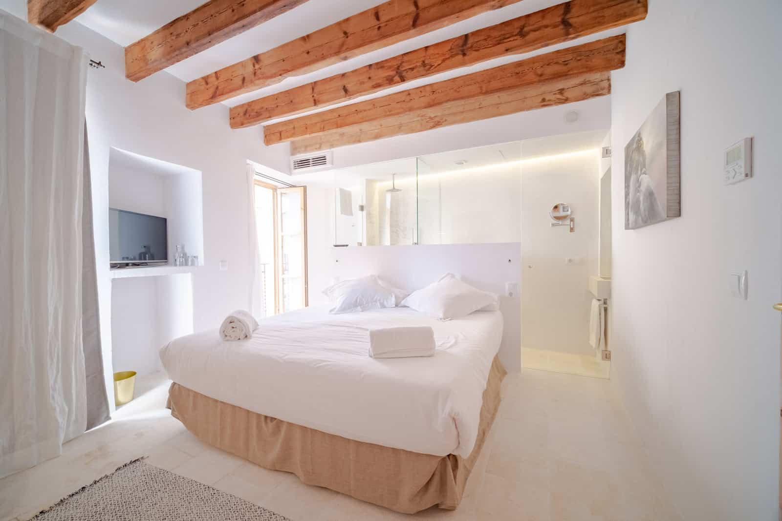 Habitación estilo mediterraneo blanca