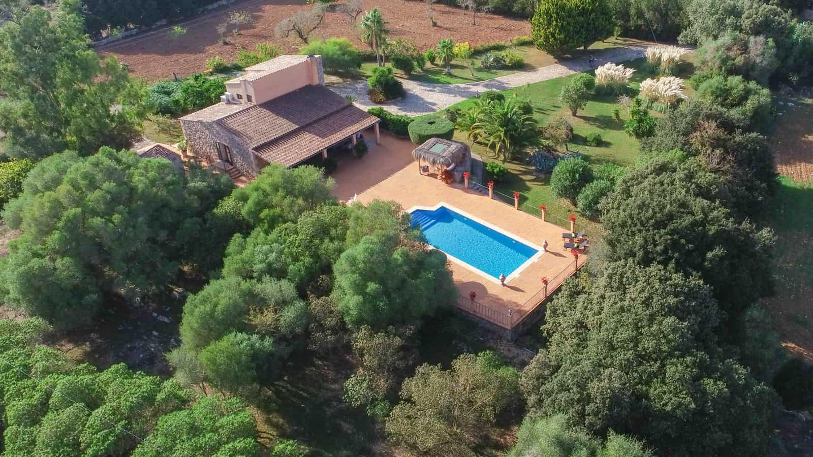 casa mallorquina con piscina
