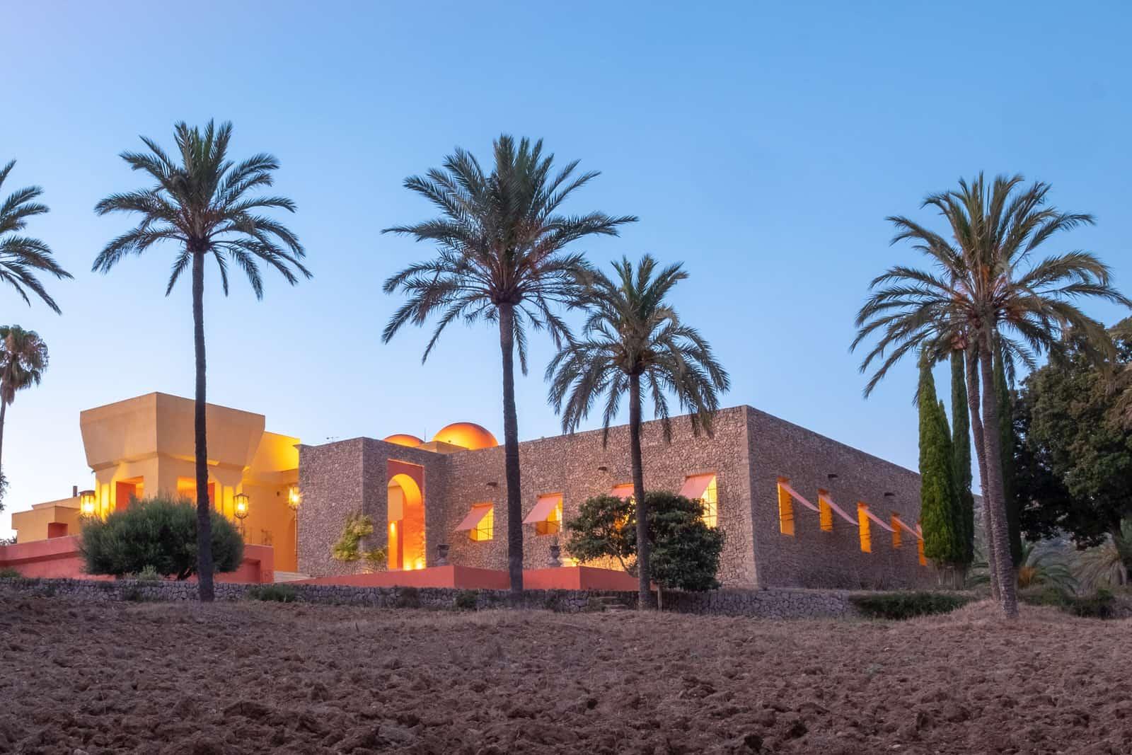 Vista general casa con palmeras