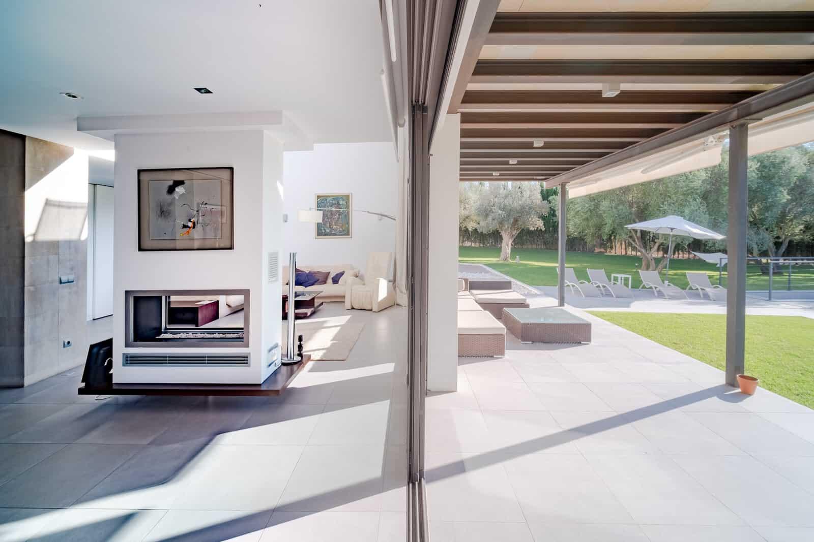 interior y exterior de casa mediterranea moderna